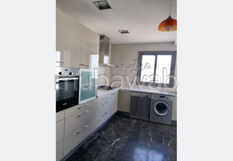 شقة جميلة للبيع بحـي الشاطئ. المساحة الكلية 140 م². مع مصعد وشرفة.