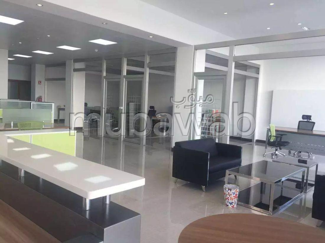 Oficinas y locales comerciales en venta en Boukhalef. Dimensión 10100 m²;. Doble acristalamiento, aire condicionado central.