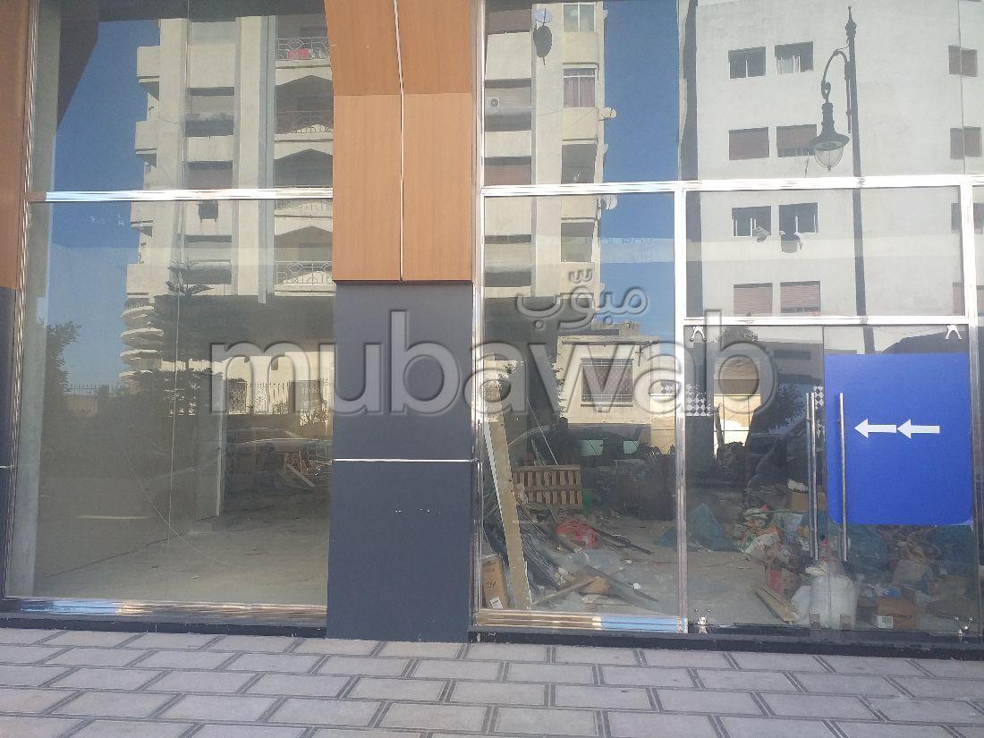 Oficinas y locales comerciales en venta en Malabata. Superficie 221 m²;. Residencia cerrada.