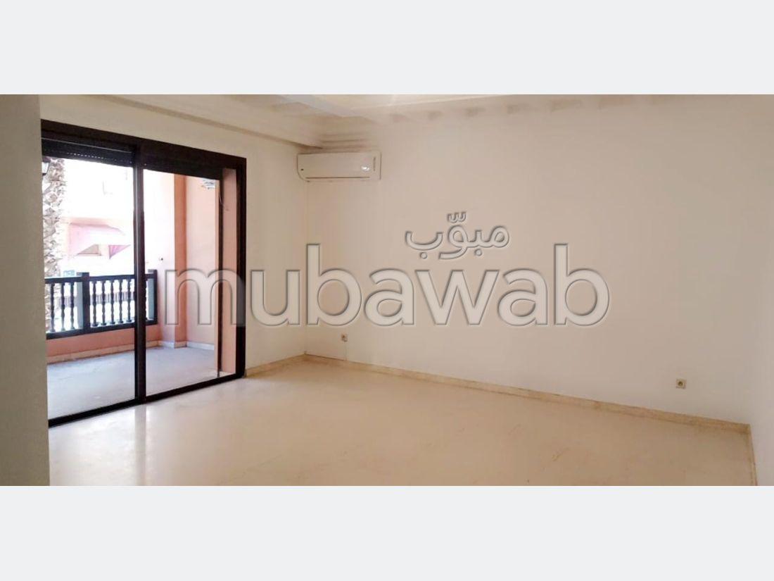 شقة للإيجار بكليز. المساحة 100 م². مصعد وشرفة.