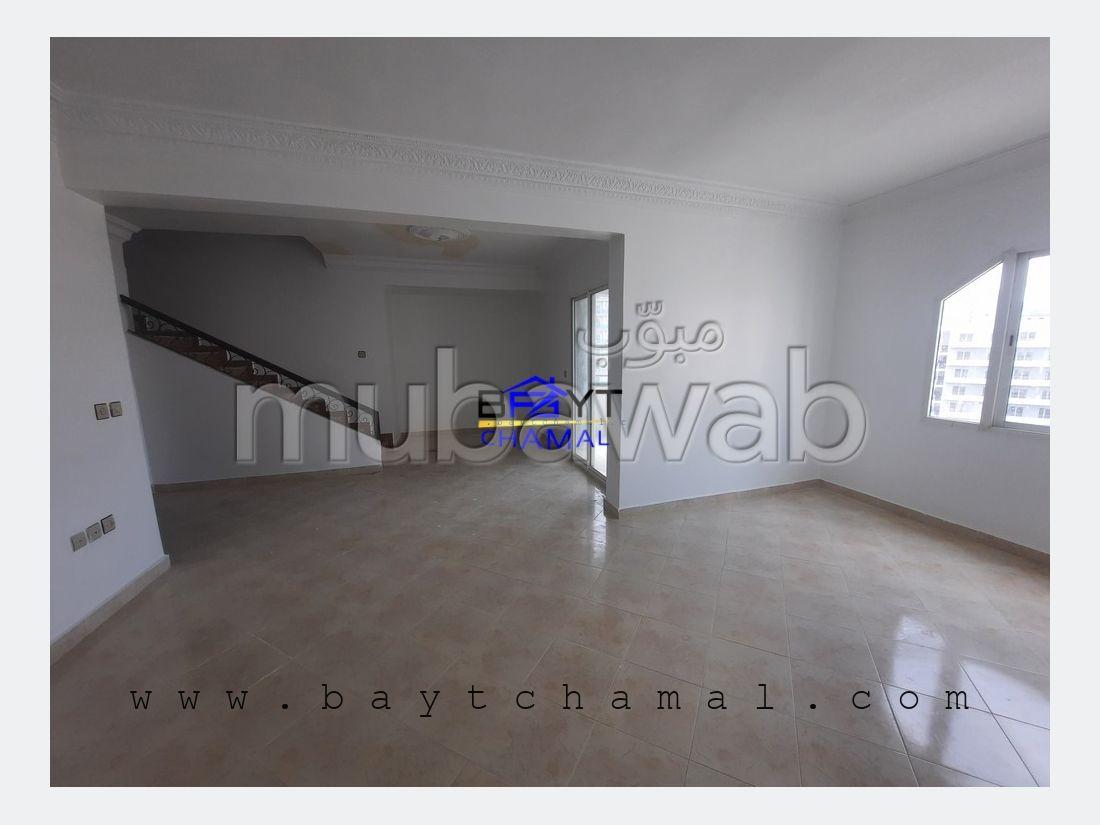 شقة رائعة للبيع بملابطا. 4 قطع مريحة. مكان وقوف السيارات وشرفة.