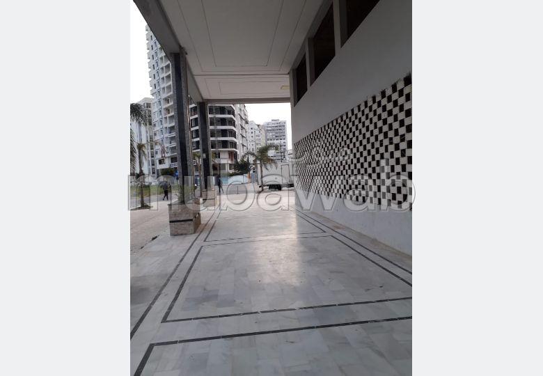 Beau local à vendre en Centre. Surface totale 167 m². Résidence sécurisée.