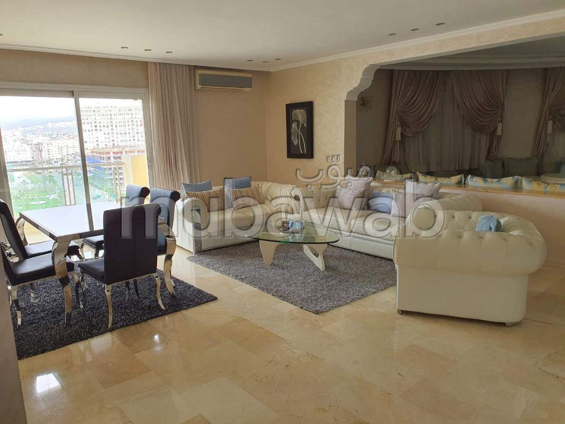 بيع شقة بحـي الشاطئ. المساحة 200 م². موقف سيارات ومصعد.