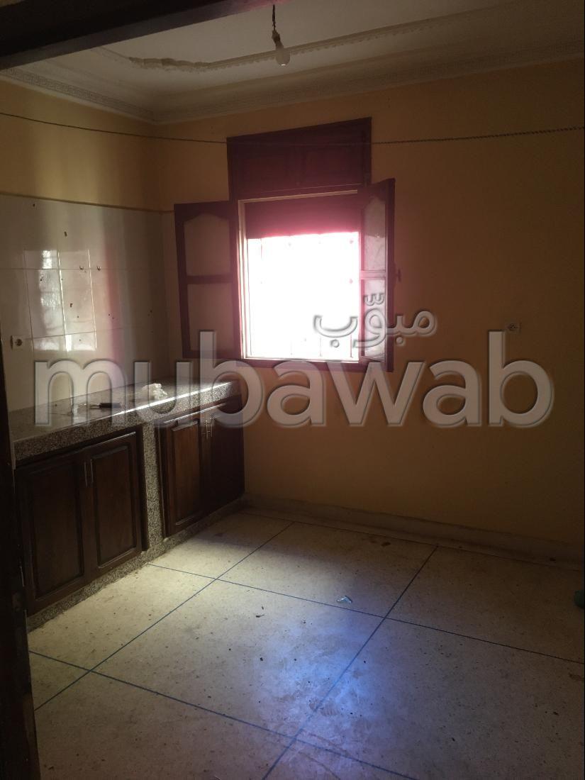 شقة للإيجار ب حي هدى. المساحة 70 م². نوافذ مع زجاج مزدوج وباب آمن.