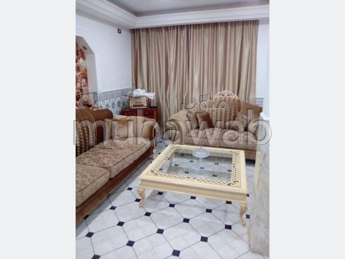 Somptueuse maison à vendre à Raoued. Surface totale 300 m². Parking et jardin.