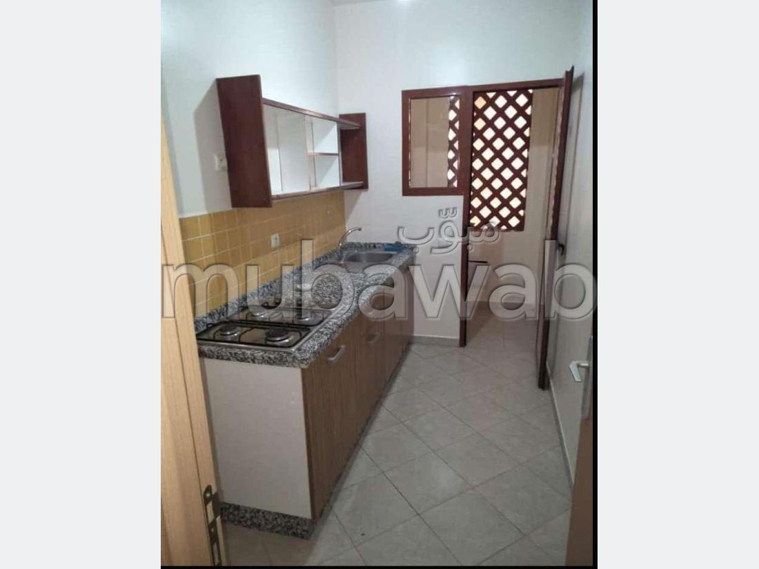 Piso en venta en Route Casablanca. 3 habitaciones grandes. Parking y jardin.