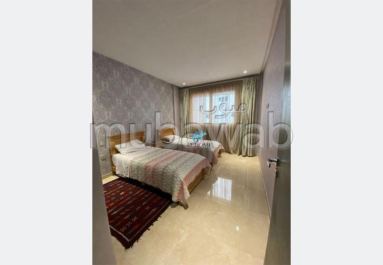 شقة رائعة للإيجار بحـي الشاطئ. 3 غرف ممتازة. مفروشة.