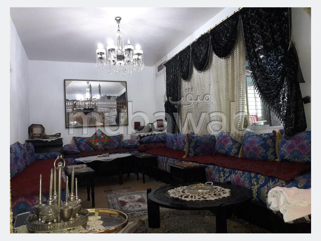 Bonito piso en venta en Centre. Superficie 147 m²;. Salón tradicional y antena parabólica.