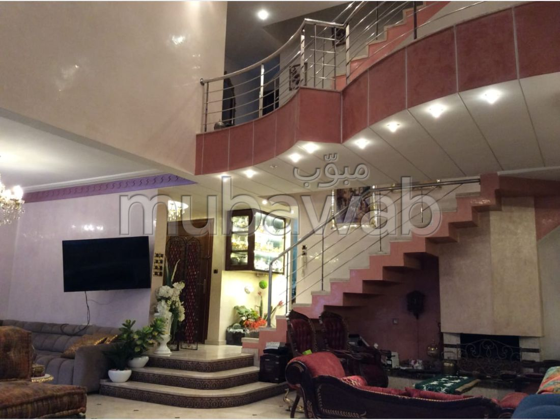 شقة رائعة للبيع ب حي ايت سكاتو. 6 قطع. المدفأة وخدمة حارس الإقامة.
