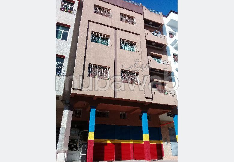 شقة رائعة للبيع ب المغرب العربي. المساحة 120 م². صالة تقليدية ونظام طبق الأقمار الصناعية.