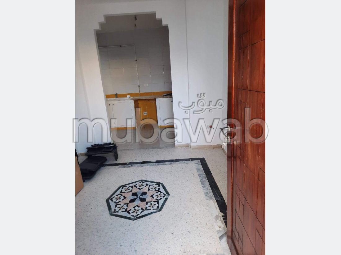 Bel appartement en location à Riadh al Andalous. 1 belle chambre. Belle terrasse et jardin