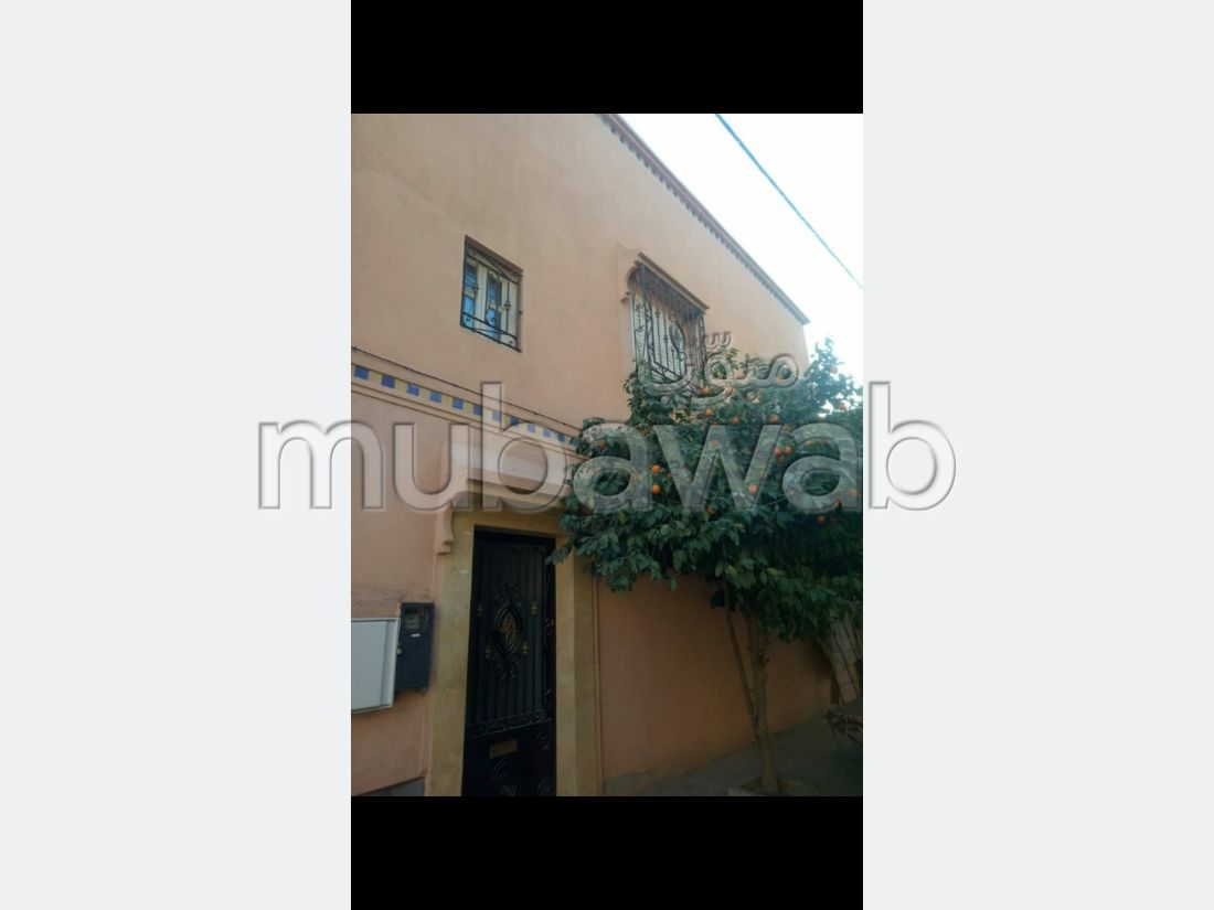 بيع منزل ممتاز بطريق اوريكا. المساحة الإجمالية 70 م². صالة مغربية وصحن فضائي.