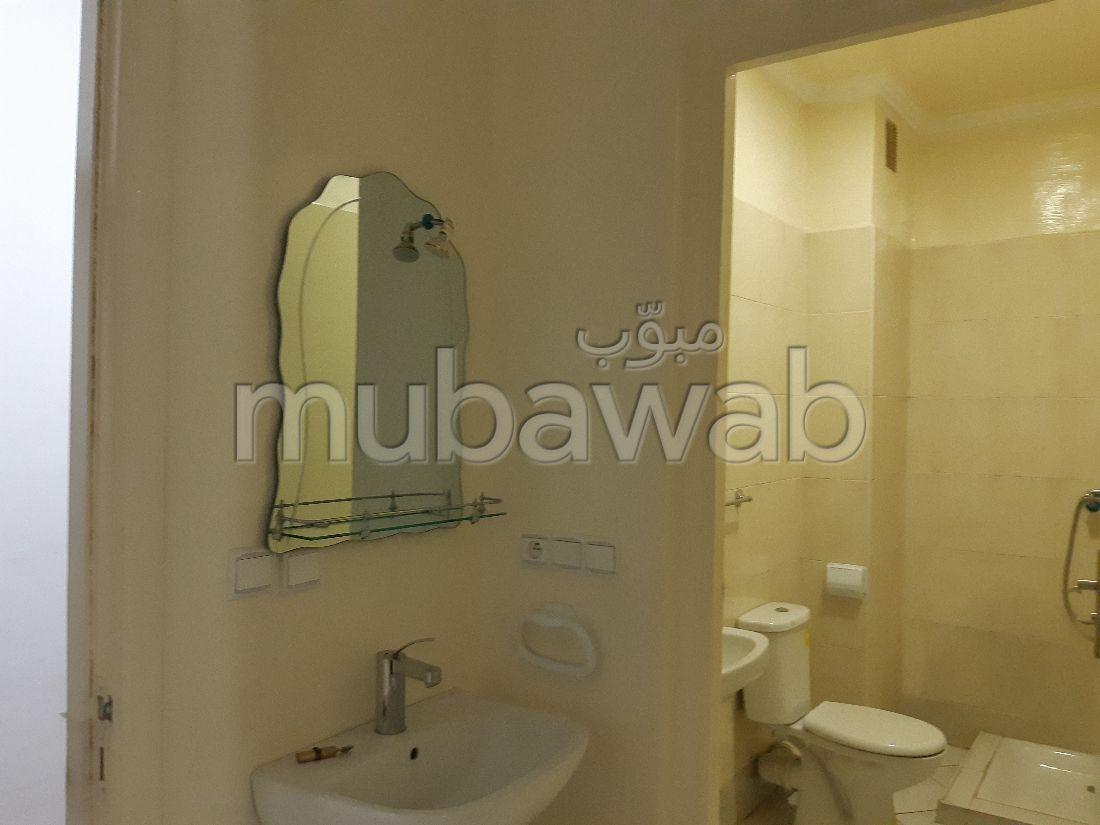 شقة للكراء بحي السلام. المساحة 70 م². شرفة جميلة وحديقة.
