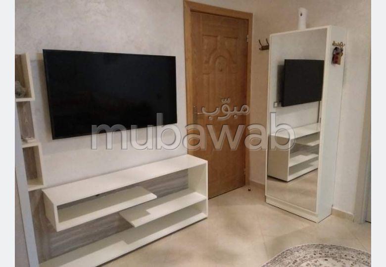 شقة جميلة للبيع ب الملاح. 2 غرف رائعة. صالون مغربي، و خدمة الأمن والحراسة.