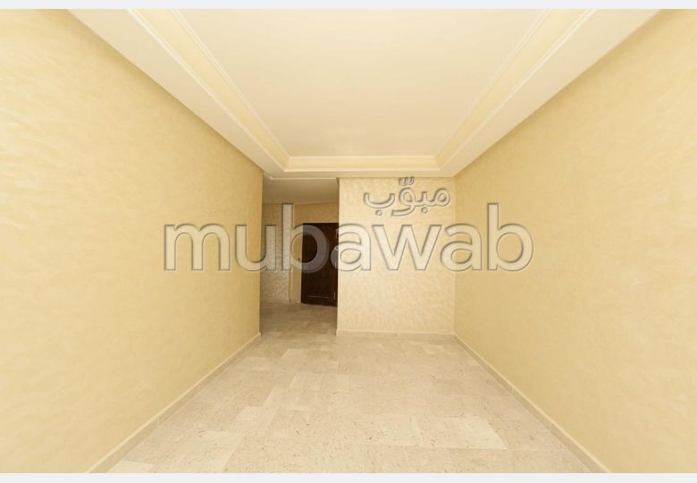 شقة جميلة للبيع بحـي الشاطئ. 3 قطع مريحة. المرآب والشرفة.