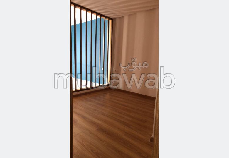 شقة للإيجار بالأميرات. 4 قطع مريحة. موقف سيارات ومصعد.