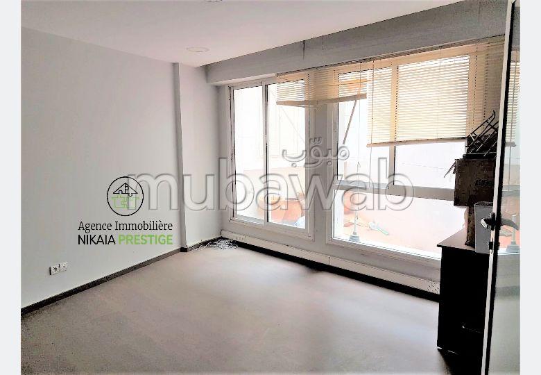 Vente BUREAU de 87 m² avec une Cour, parking 13m²