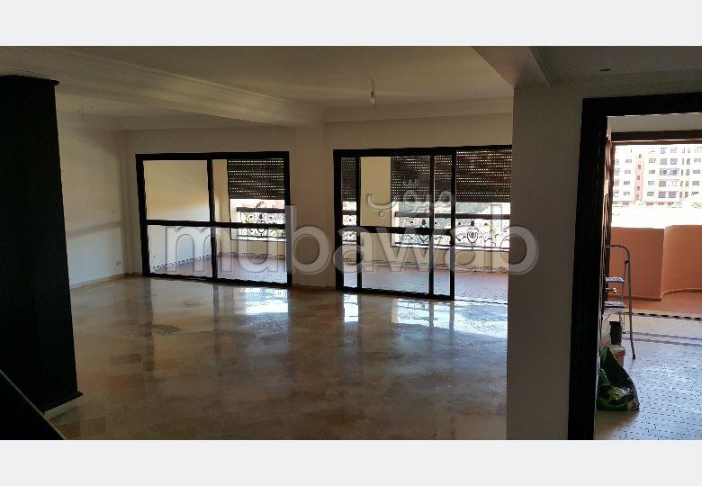 شقة للإيجار بحي الشتوي. المساحة الكلية 250 م². أماكن وقوف السيارات وشرفة.