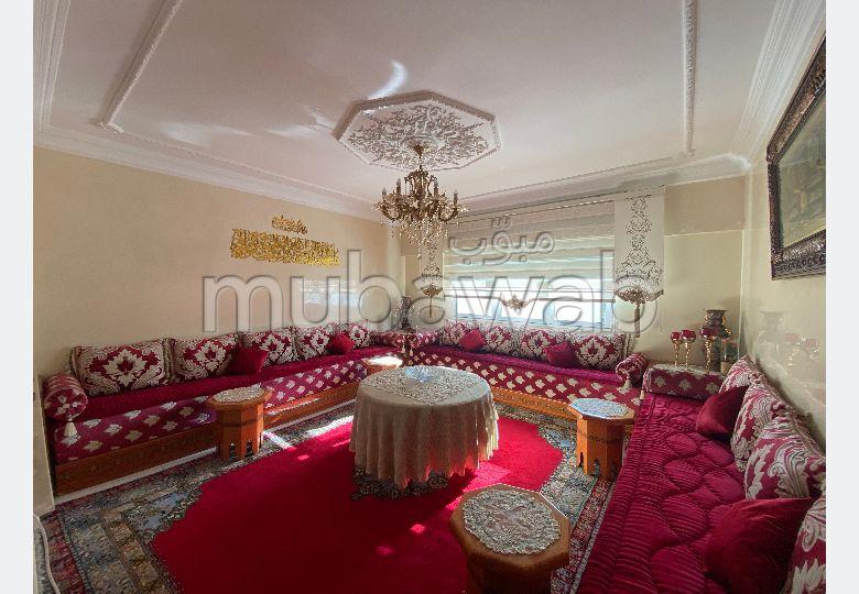 شقة جميلة للبيع ب كاسطيا. المساحة الكلية 105 م². صالون مغربي نموذجي ، إقامة آمنة.