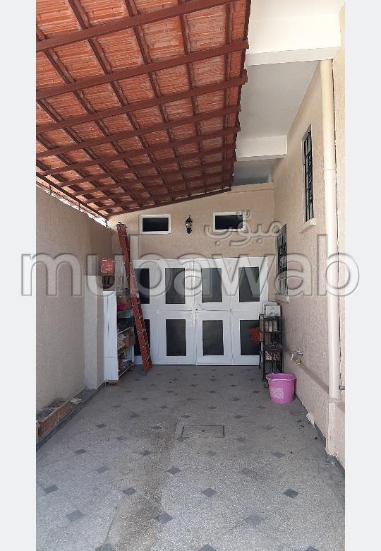 فيلا ممتازة للبيع ب فال فلوي. المساحة الكلية 415 م². شرفة جميلة وحديقة.