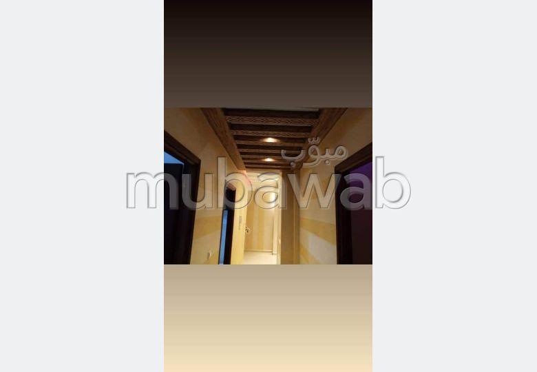 Piso en venta en Hay Hassani. Dimensión 83 m². Puerta blindada, salón marroquí.