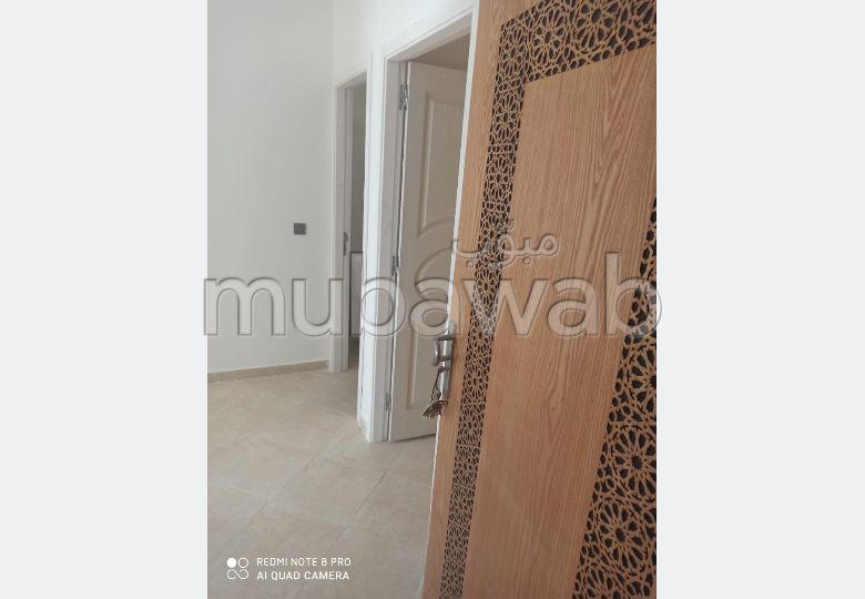 Apartment for sale in Moujahidine. 2 Hall. Garden and garage.