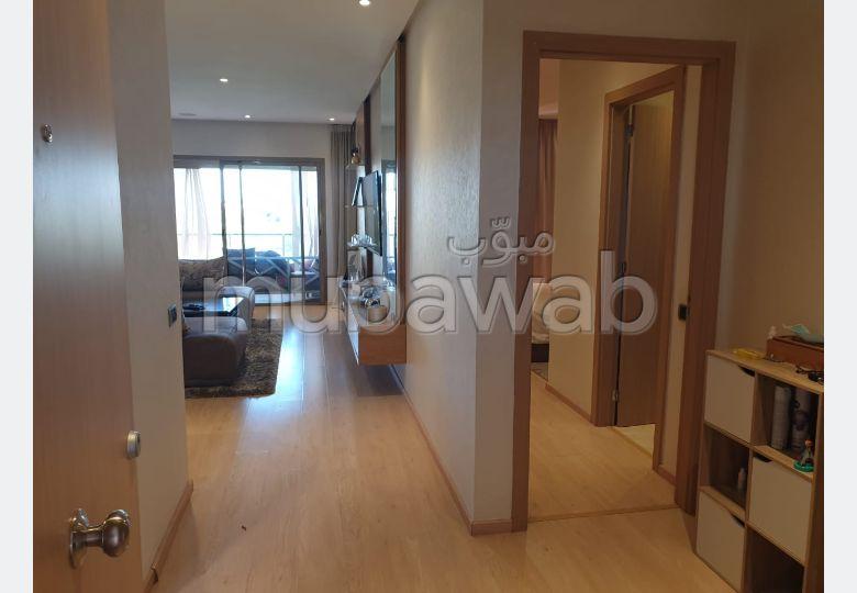 شقة للكراء بأكدال. المساحة الإجمالية 76 م². شرفة مشرقة.