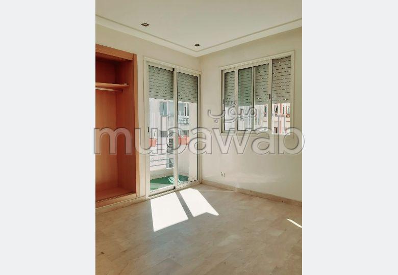 شقة رائعة للبيع بالمعاريف. المساحة الإجمالية 73 م². صحن فضائي وباب متين وممتاز.