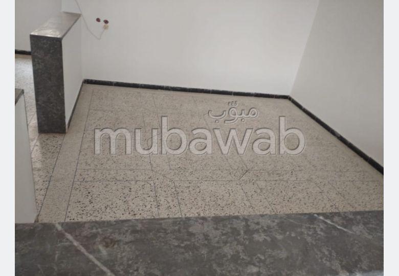 Bel appartement à vendre à Zouagha Bas. 5 belles chambres. Jardin et garage.