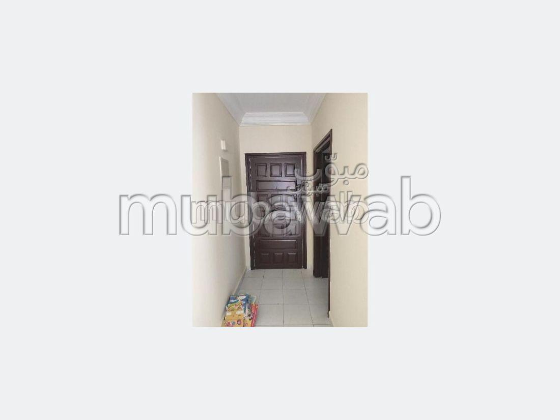 Bonito piso en venta en Hay Al Bassatine. Superficie 81 m². Típico salón marroquí, residencia segura.