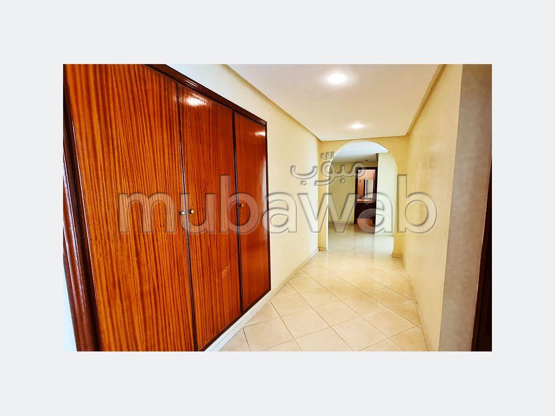 شقة جميلة للبيع ب ميموزا. المساحة الكلية 163 م². صالة تقليدية ونظام طبق الأقمار الصناعية.
