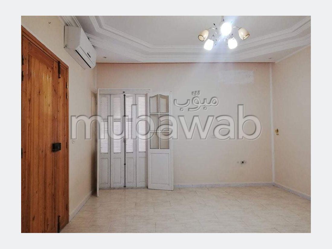 A vendre une maison de deux étages plus un studio