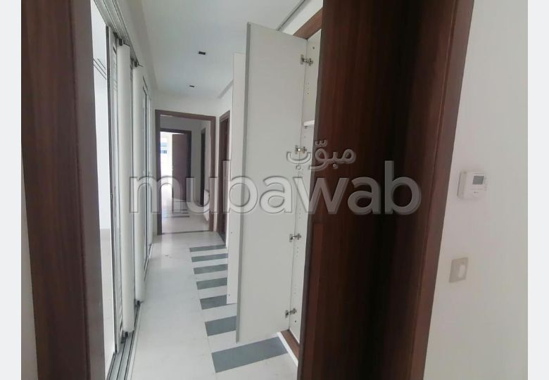 Bel appartement en location à Les Berges Du Lac 2. Surface totale 250 m². Avec ascenseur et terrasse