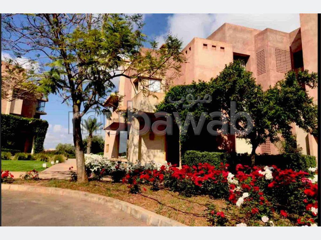 شقة رائعة للايجار بأكدال. المساحة 250 م². أماكن لوقوف السيارات وحديقة جميلة.