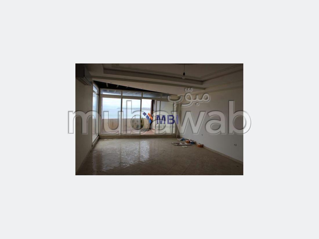 شقة رائعة للبيع بملابطا. 3 غرف ممتازة. موقف السيارات وشرفة.