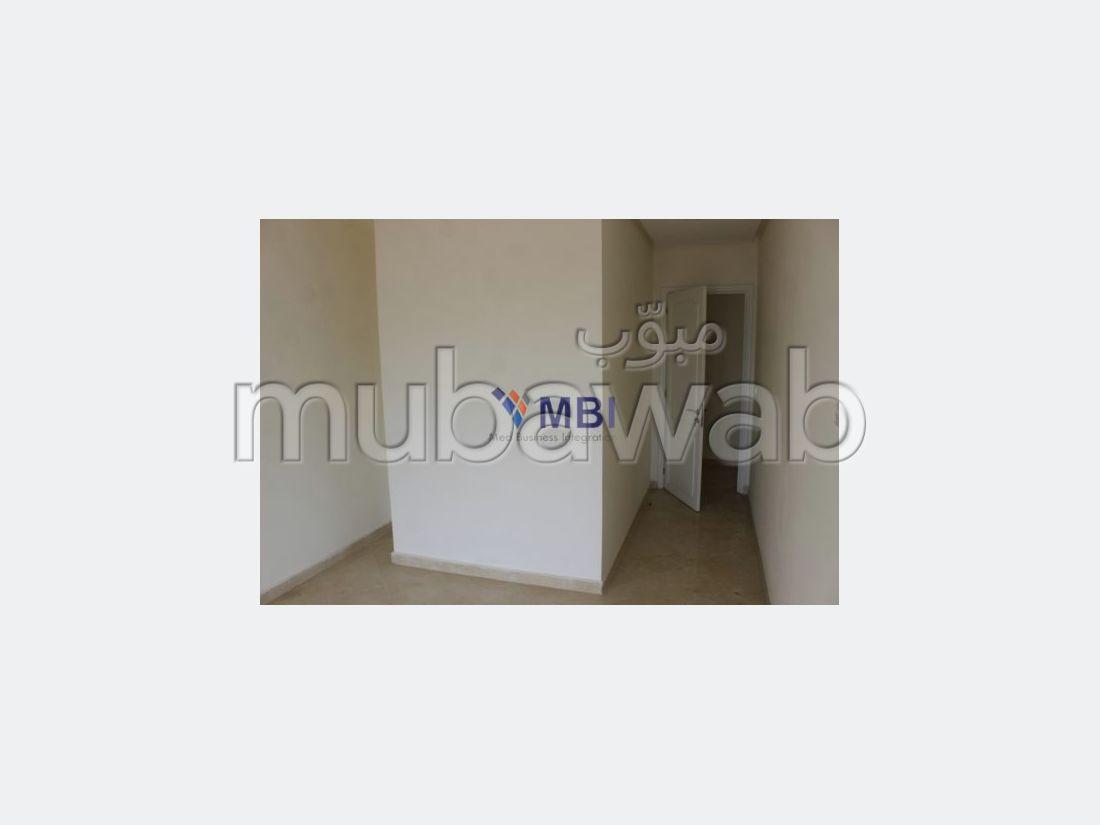 شقة رائعة للبيع بملابطا. المساحة 259 م². شرفة جميلة وحديقة.
