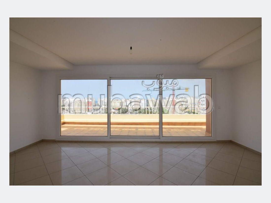 شقة رائعة للبيع بوسط المدينة. المساحة 183 م². مع مصعد وشرفة.