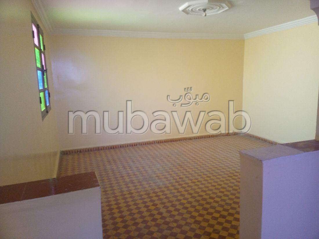 Très bel appartement en location à Essebtiyen. 1 belle chambre. Fenêtres avec double vitrage et porte blindée