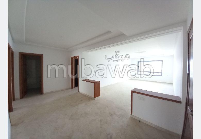 شقة للإيجار بحـي الشاطئ. المساحة الكلية 120 م². مع المرآب والمصعد.