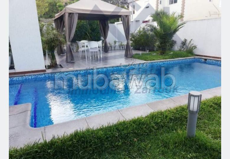 Maison de haut standing à vendre à Bizerte Le Corniche. Surface de 400 m². Environnement calme avec vue sur la montagne, porte blindée