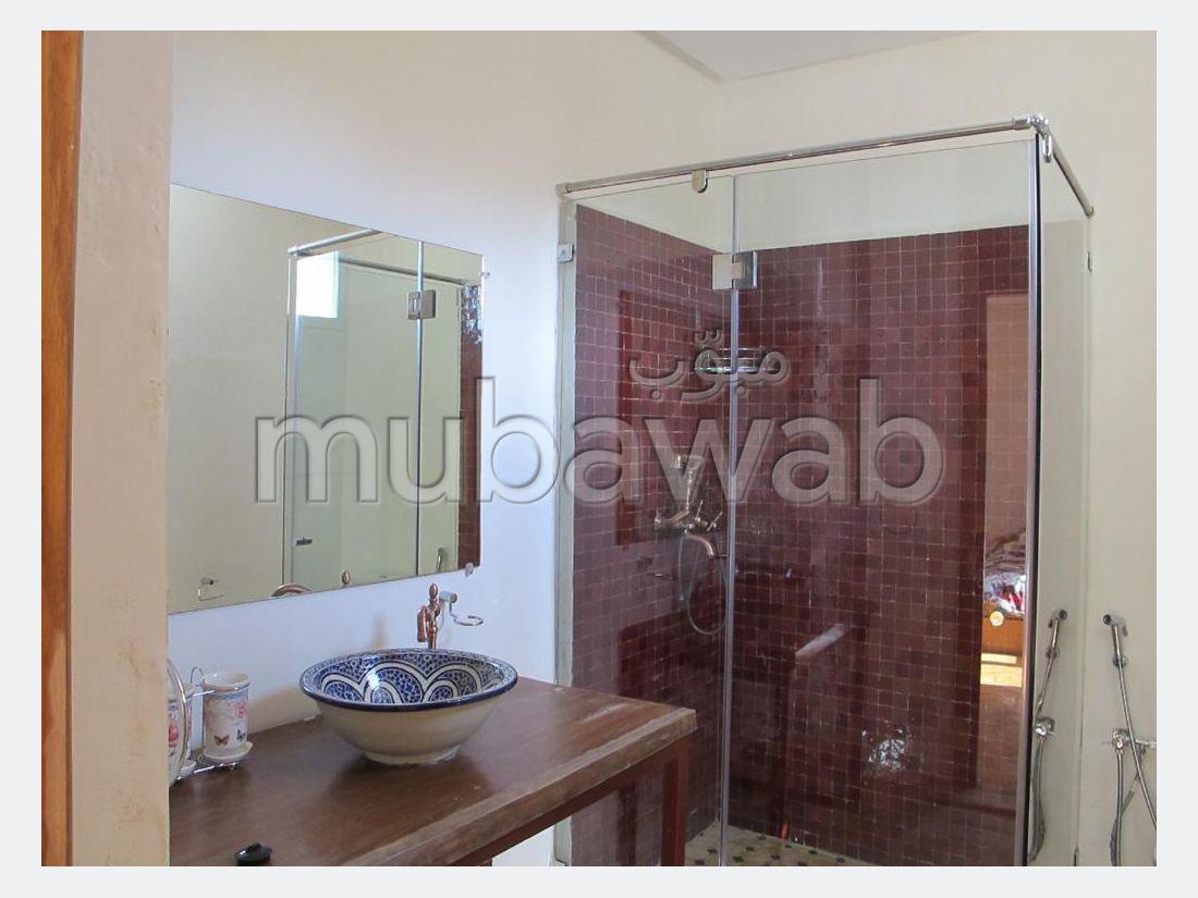 منزل ممتاز للبيع بملابطا. المساحة الكلية 550 م². شرفة جميلة وحديقة.