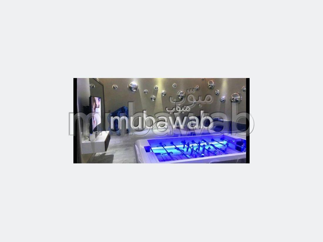 شقة للإيجار بماجوريل. المساحة الكلية 173 م². خدمة البواب ، حمام سباحة جميل.