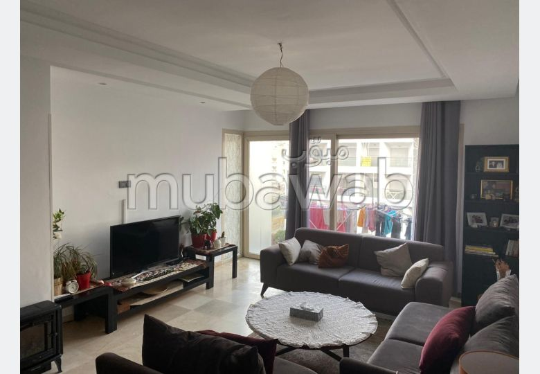 Appartement à louer à Anfa. 7 pièces confortables. Parking et ascenseur