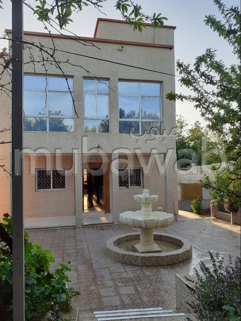 منزل جميل جدا للبيع ب حي الرياض. المساحة الكلية 1400 م². صالون مغربي نموذجي ، إقامة آمنة.