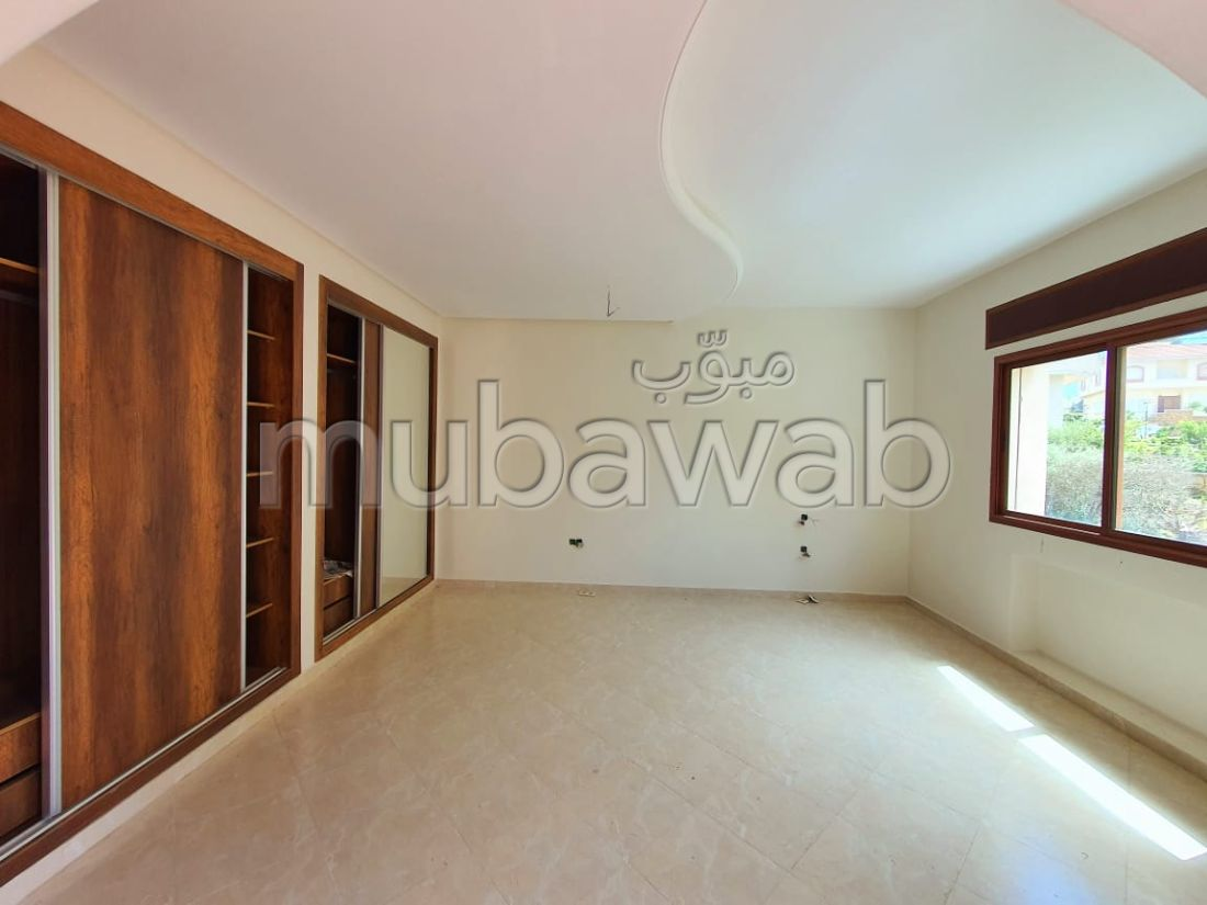 منزل ممتاز للبيع ب حي الغولف. 6 قطع مريحة. صالة أصيلة ، طبق الأقمار الصناعية.