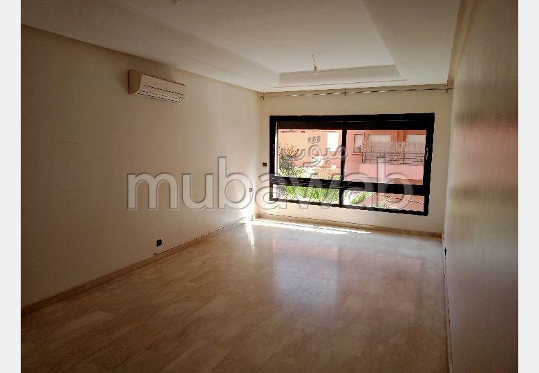 شقة رائعة للإيجار بكليز. 4 قطع كبيرة. مع المرآب والمصعد.