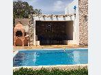 Villa de haut standing à louer à Douar Laarab. Superficie 400 m². Meublée.