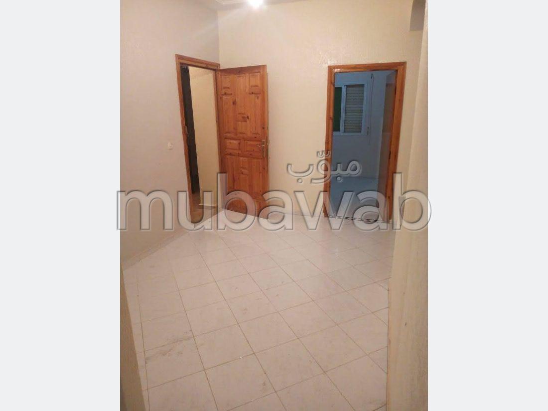 Bonito piso en venta en Centre. 3 habitaciones. Salón tradicional, residencia segura.