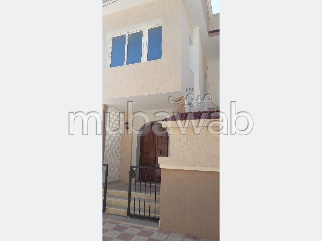 Maison de haut standing à vendre à Bizerte Le Corniche. Superficie 393 m². Porte blindée et système de double vitrage