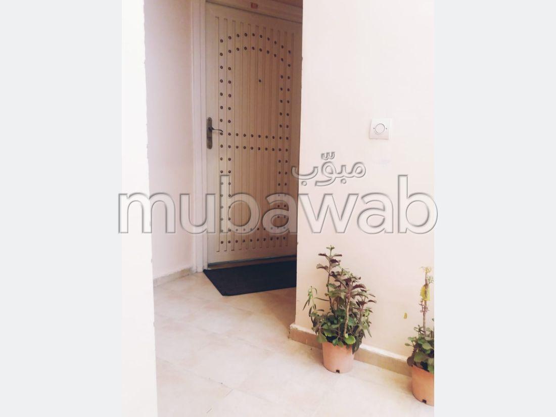 Piso en venta en Zouagha. 2 dormitorios. Sala de estar tradicional marroquí, barrio seguro.